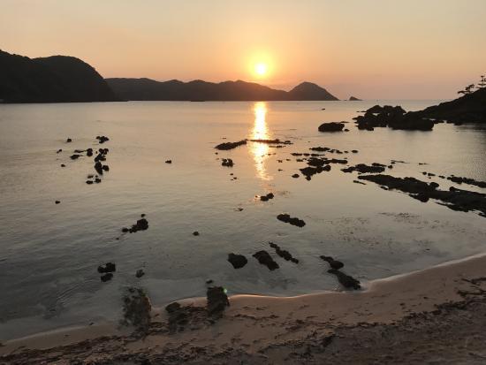 海岸で夕陽を