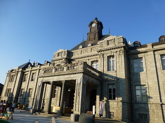 この建物は明治10年に三島県令によって建てられたが明治44年の大火で消失、大正5年に復興され昭和50年まで県庁として使われた。煉瓦組みに石貼りという豪華な